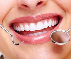 denti di donna con specchietto e specillo