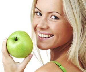denti ragazza con mela